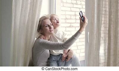 selfie, prendre, fille, blond, mère
