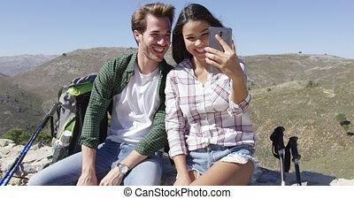 selfie, sourire, montagnes, couple, prendre