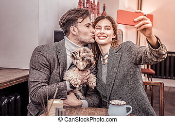 selfies, joyeux, séance, prendre, couple, chien, café