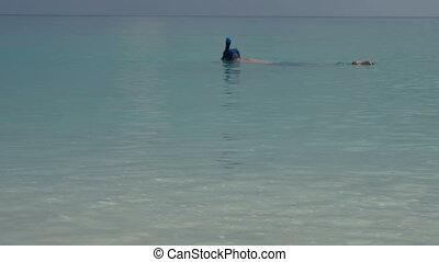 selfies., prendre, masque, eau, téléphone vidéo, sous, plongée, pousses, nage, homme