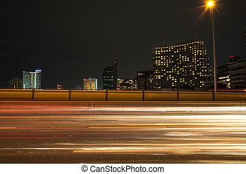 semáforo, senderos, en, moderno, ciudad, por la noche