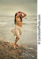 seminude, frau, auf, der, kalte , meer, sandstrand