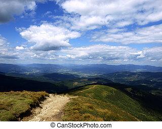 sendero de excursión, en, carpathian, montañas., ucrania