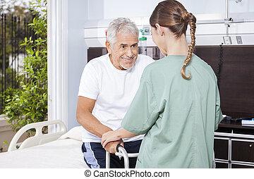 sendo, ajudado, femininas, caminhante, usando, enfermeira, homem sênior