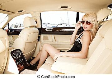senhora, em, um, carro luxo