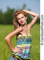 senhora jovem, com, coloridos, vestido