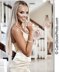 senhora jovem, com, luxo, jóia, em, modernos, interior