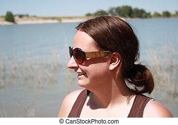 senhora jovem, por, a, lago