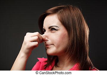 senhora jovem, segurando, dela, nariz, because, de, um, mau, cheiro