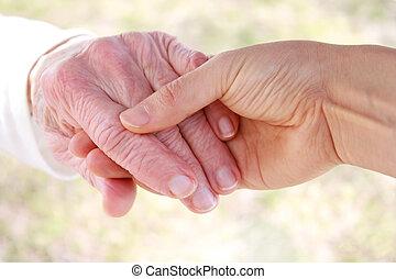 senhora, sênior, jovem, segurando mão