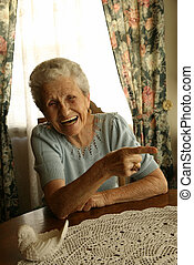 senhora velha, rir