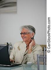 senhora velha, rir, em, laptop