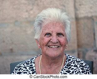 senhora velha, sorrindo