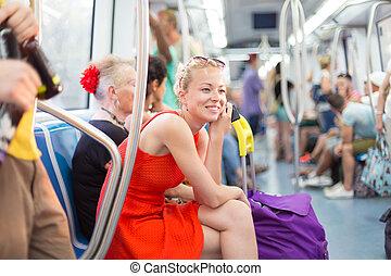 senhora, viajando, por, metro.