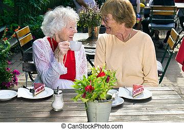 senhoras, ao ar livre, dois, refreshments., sênior, desfrutando
