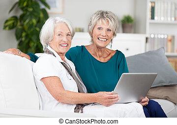 senhoras, compartilhar, laptop, dois, idoso, computador
