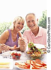 senior, äta, koppla utomhus