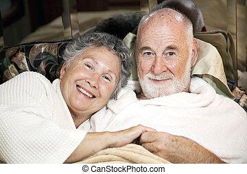 senior összekapcsol, ágyban