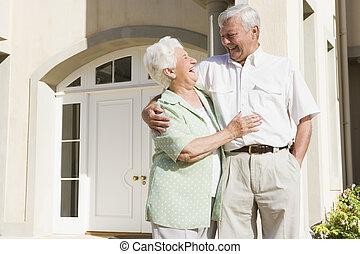 senior összekapcsol, álló, kívül, épület