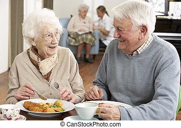 senior összekapcsol, élvez, étkezés, együtt