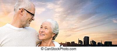 senior összekapcsol, ölelgetés, felett, este, tallinn, város