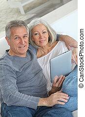 senior összekapcsol, ülés, alatt, pamlag, noha, elektronikus, tabletta