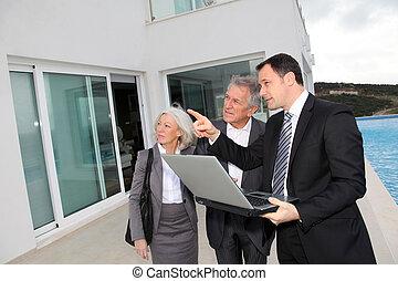 senior összekapcsol, látogató, fényűzés, nyaraló, noha, real-estate közvetítő