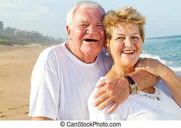senior összekapcsol, megragad, képben látható, tengerpart
