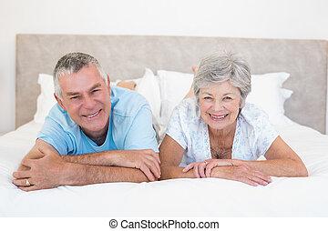 senior összekapcsol, otthon, fekvő, ágy