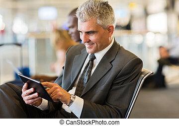 senior, affärsman, användande, kompress, dator, hos, flygplats