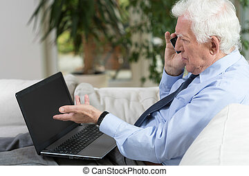 senior, affärsman, användande laptop