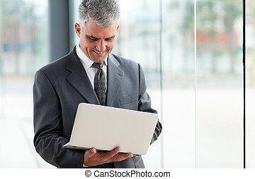 senior, affärsman, användande laptop, dator