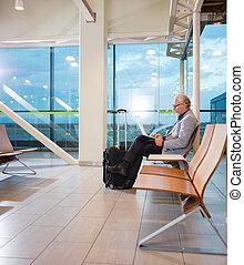 senior, affärsman, användande laptop, hos, flygplats slutgiltiga