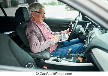 senior, affärsman, användande laptop, i bil