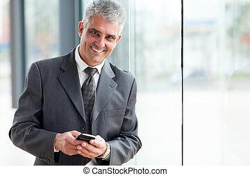 senior, affärsman, användande, mobiltelefon
