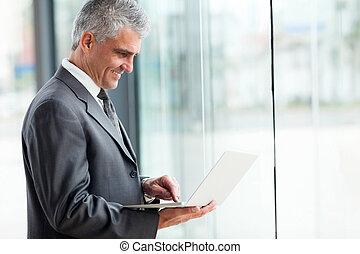 senior, affärsman, arbeta på, laptop