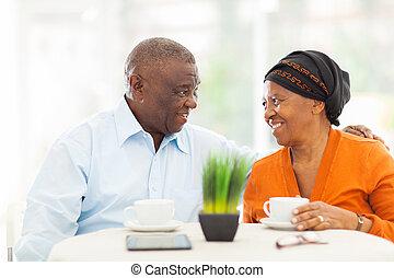 senior, afrykanin, para, odprężając na domu