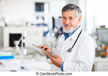 senior, arts, gebruik, zijn, tablet, computer, op het werk