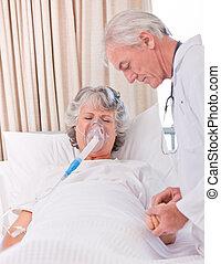 senior, arts, met, zijn, ziek, patiënt