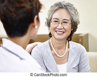 senior, asian kobieta, mówiąc do, rodzinny doktor