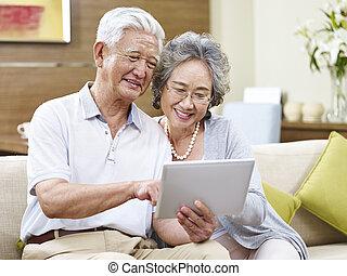 senior, asiat koppla, användande, a, kompress, dator, tillsammans