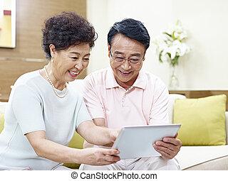 senior, asiat koppla, användande, kompress, dator, tillsammans