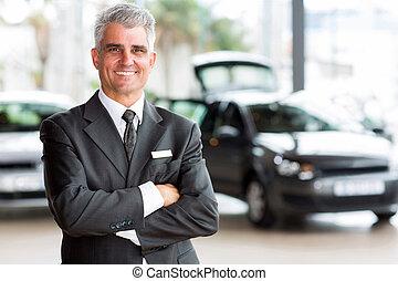 senior, autodealer, lastgever, staand, in, toonzaal