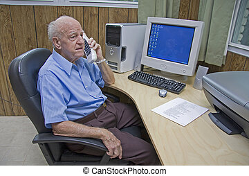 senior, besprekingen, op telefoon, bij computer, bureau