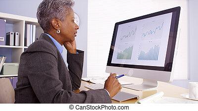 senior, black , businesswoman, het spreken op de telefoon, en, werkende , in, kantoor