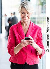 senior, businesswoman, gebruik, smart, telefoon