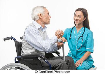 senior, care., muntre, unge, sygeplejerske, holde, senior mand, hånd, og, smil, mens, isoleret, på hvide
