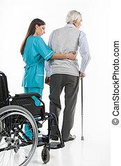 senior, care., tillidsfuld, sygeplejerske, hjælper, senior mænd, til gå, mens, isoleret, på hvide