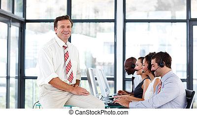 senior, centrum, directeur, het glimlachen, roepen