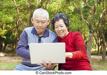senior, draagbare computer, paar, aziaat, vrolijke